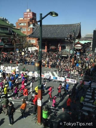 Tokyo Marathon 2013. Asakusa, at 12:50. Runners turned to the right in front of Kaminarimon Gate.