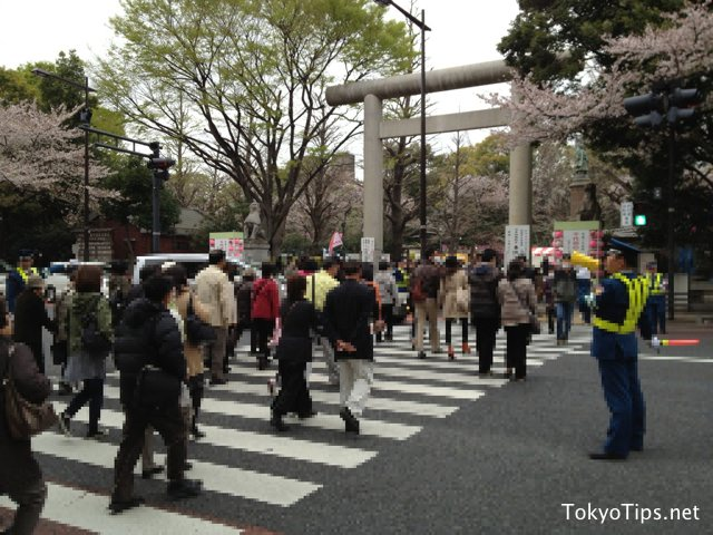 Many visitors crossed the road and went to a shrine across from Kitanomaru Park.