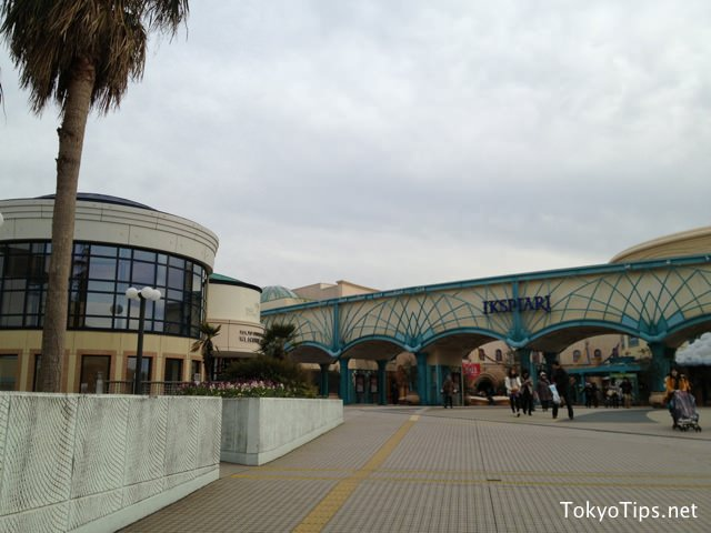 A large shopping center, Ikspiari is in front of the hotel.
