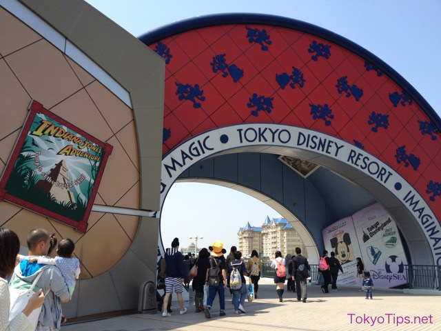 "A tunnel beside the souvenir store ""Bon Voyage"". Visitors go to Tokyo Disneyland through this tunnel from JR Maihama Station."