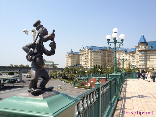 The walkway leads from JR Maihama Station. The building in back is Tokyo Disneyland Hotel.