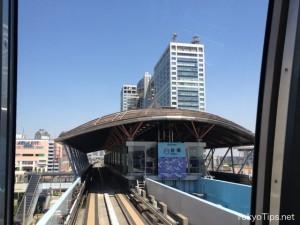 Yurikamome stops at Daiba Station.